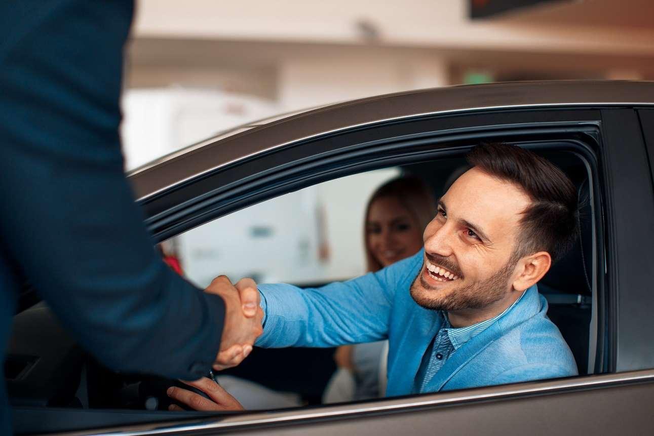 Umowa kupna-sprzedaży samochodu – wzór wraz z omówieniem