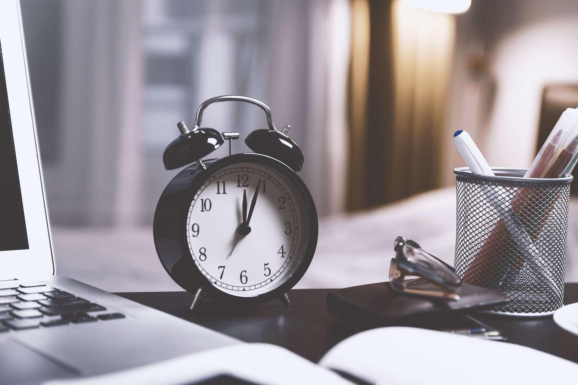 Liczba godzin pracy w miesiącu – jak wyliczyć wymiar czasu pracy?