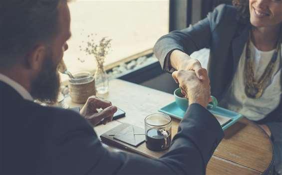 Rozwiązanie umowy o pracę za porozumieniem stron – wzór z omówieniem